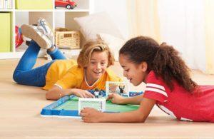 Spielwarenmesse: zwei Kinder beim Fussbal-Playmobilspiel