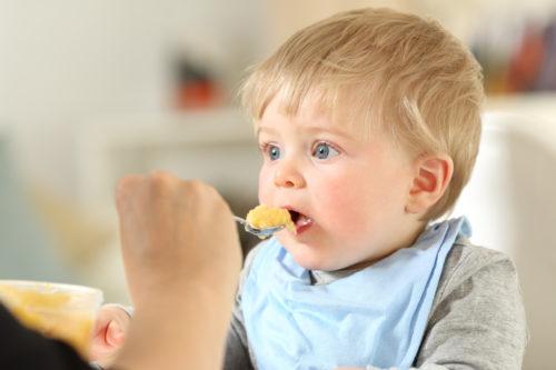 Baby wird gefüttert Fotolia.com © Antonioguillem #189165112