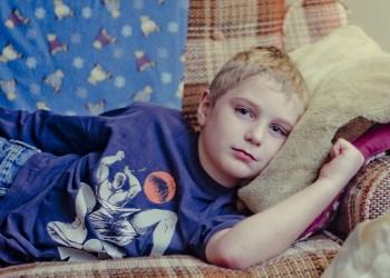 Halsschmerzen bei Kindern – Ursachen und Auslöser