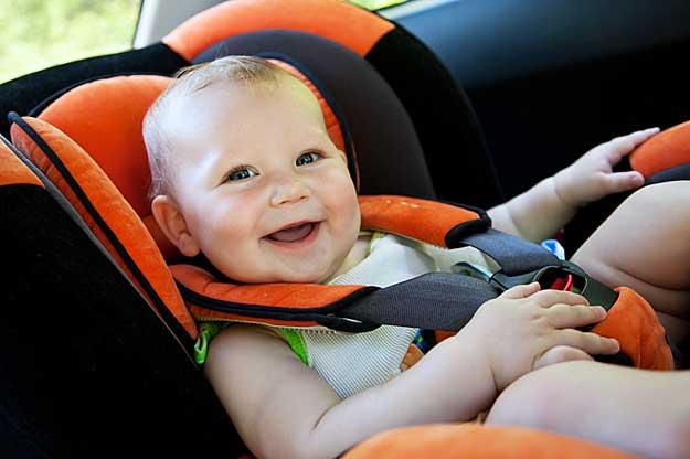 Ein Baby in einem Autokindersitz.