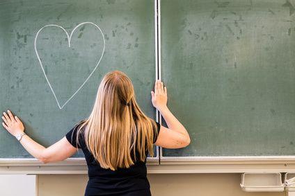 Verliebt in den Lehrer: Zwischen Schwärmerei und strafrechtlicher Relevanz