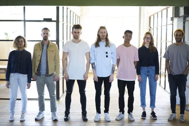 Jugendliche mit verschiedenen Klamotten