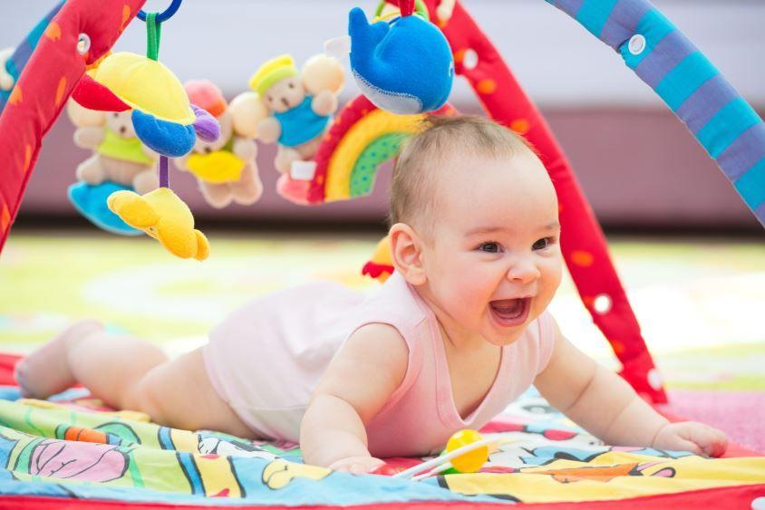 Babys werden im Laufe der ersten Monate immer mobiler.