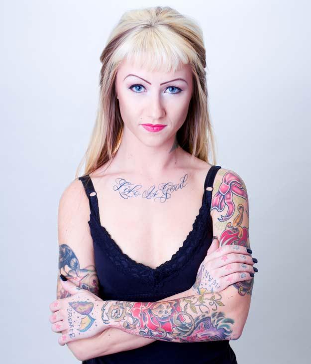 Ein Teenager mit Tattoos.
