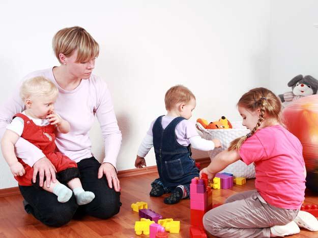 Tagesmutter mit Kindern in der Kindertagespflege