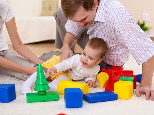 Vater spielt mit seinem Baby