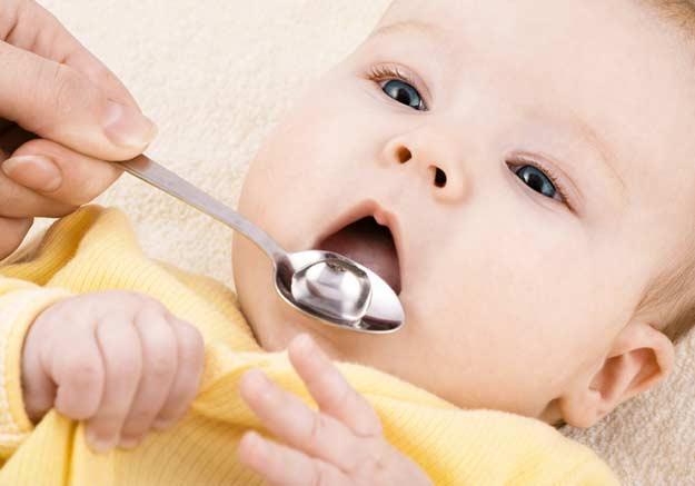Ein Baby bekommt Medizin.