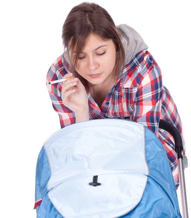 Eine rauchende Mutter mit Kinderwagen
