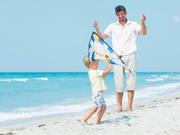 Junge mit Vater auf dem Strand