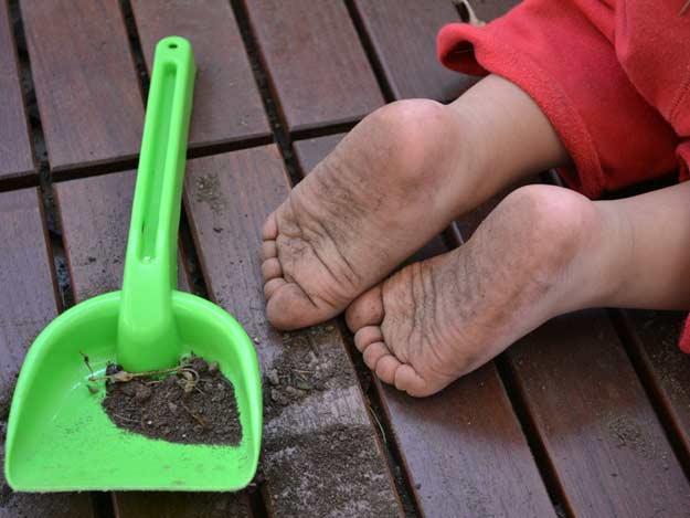 Baby mit schmutzigen Füßen