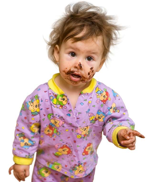 Baby mit Schmutz im Gesicht
