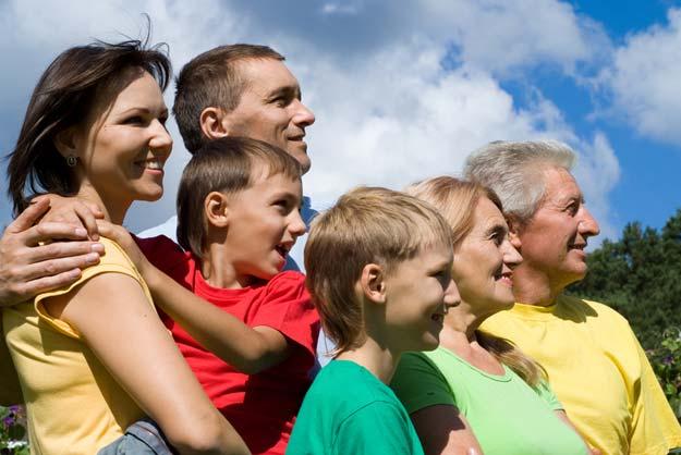 Portrait einer glücklichen Familie an der Natur