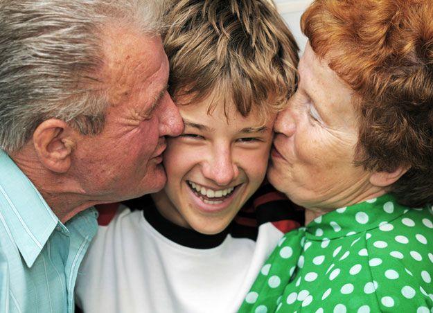 Großeltern küssen Enkelsohn