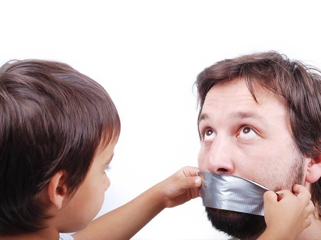Junge verklebt seinem Vater den Mund