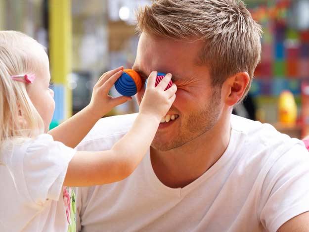 Ein Vater mit seinem Kind im Kindergarten.