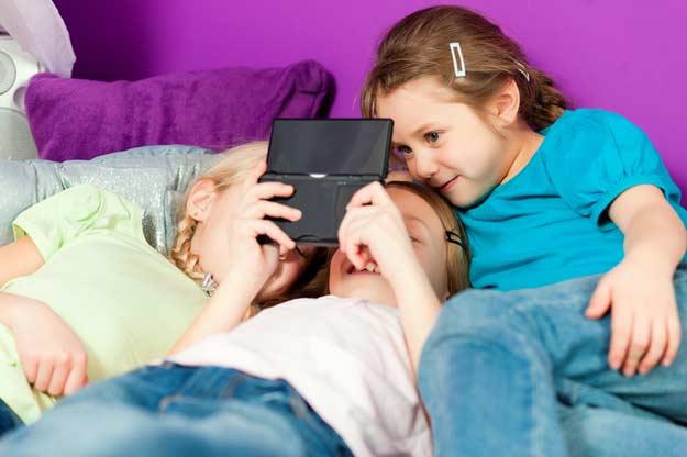 Drei Mädchen spielen Videogames.