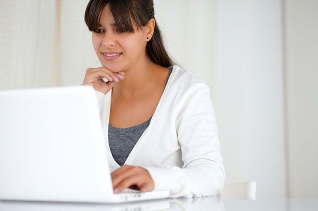Frau, die im Internet surft