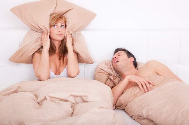 Ein durch Schnarchen frustriertes Paar