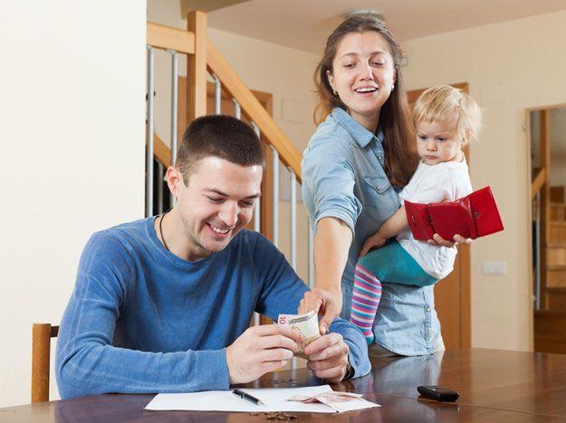 Glückliche Familie, die das Geld aufteilt
