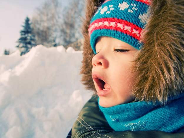 Ein Kind im Schnee.