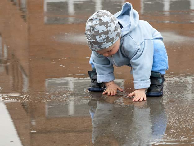 Ein Kind beim Spielen im Freien.