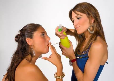 Frau will Frau mit Wasser nass spritzen