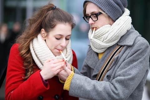Mann und Frau die rauchen!