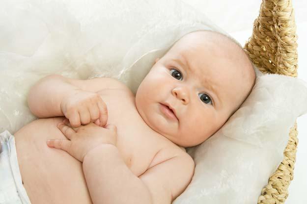 Ein Baby liegt in einem Körchen.