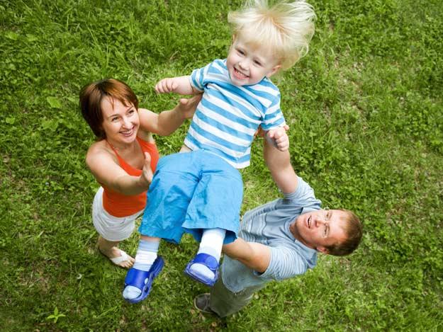 Eltern werfen ihr Kind in die Luft