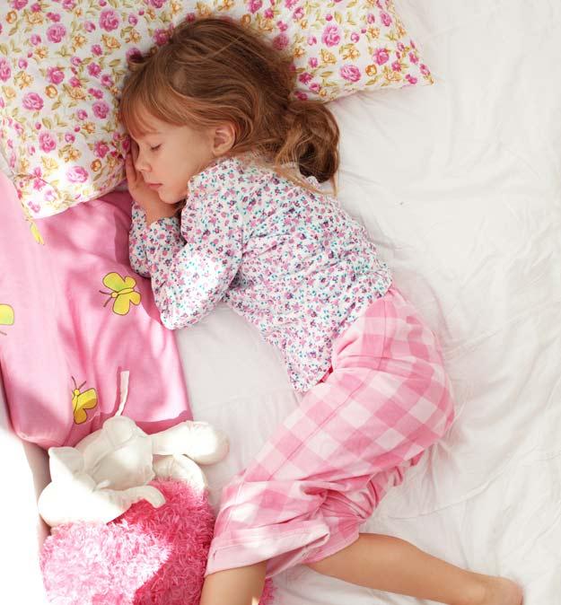 Ein Mädchen in seinem Bett.