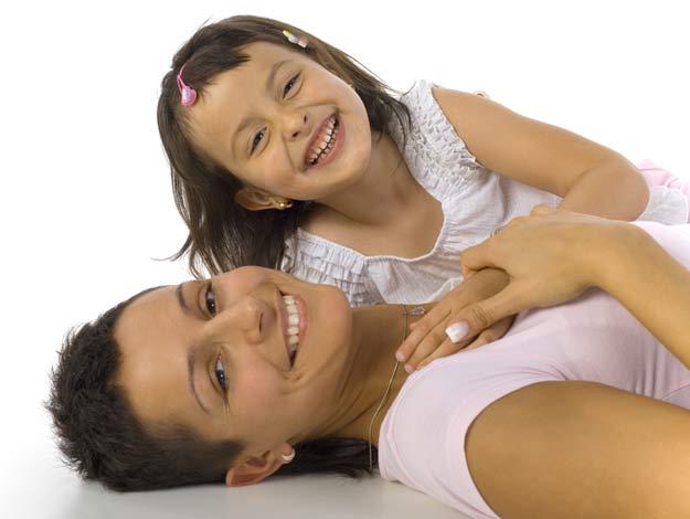 Ein Kind spielt mit seiner Mutter.