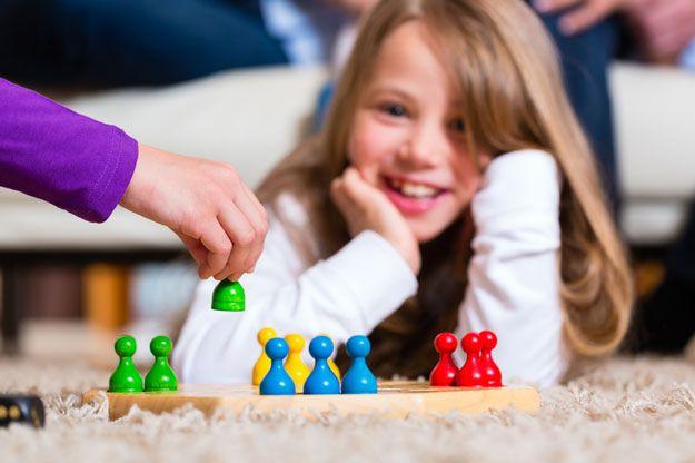 Familie die zu Hause Brettspiel spielt