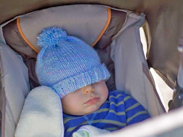 Schlaf, Kindlein schlaf - ein kleiner Junge beim Mittagsschlaf.