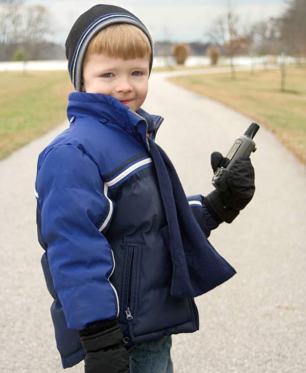 Ein Junge mit seinem Handy.