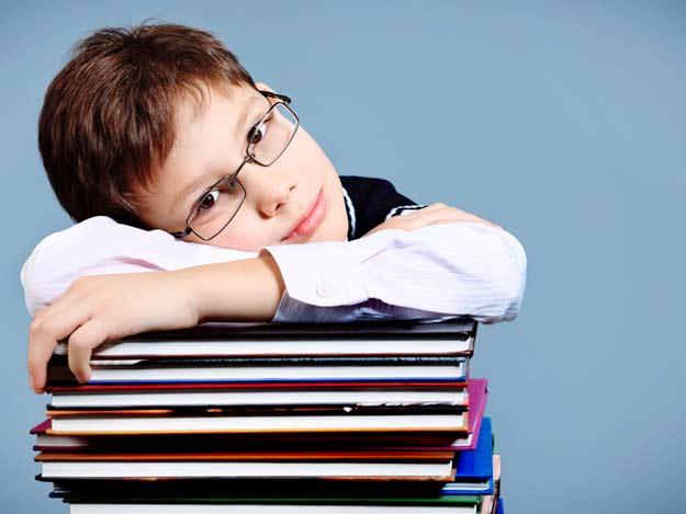 Schüler mit einem Stapel Lehrbücher.