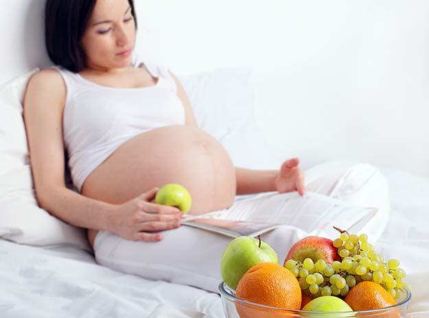 Eine Schwangere isst Obst
