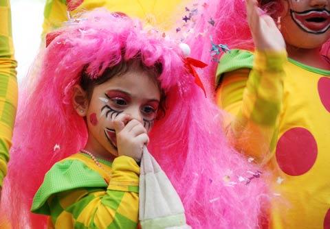 verschrecktes Kind an Karneval