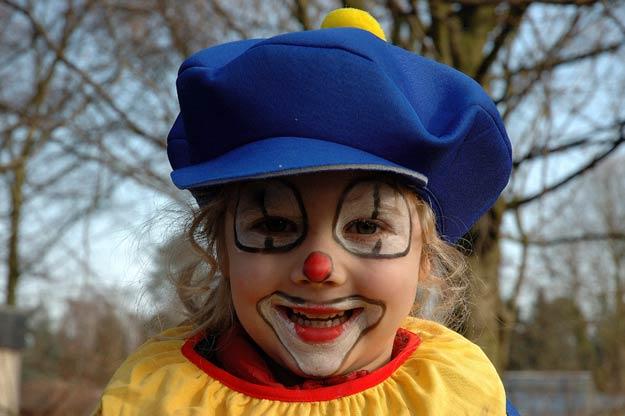 Kind mit Clownsschminke