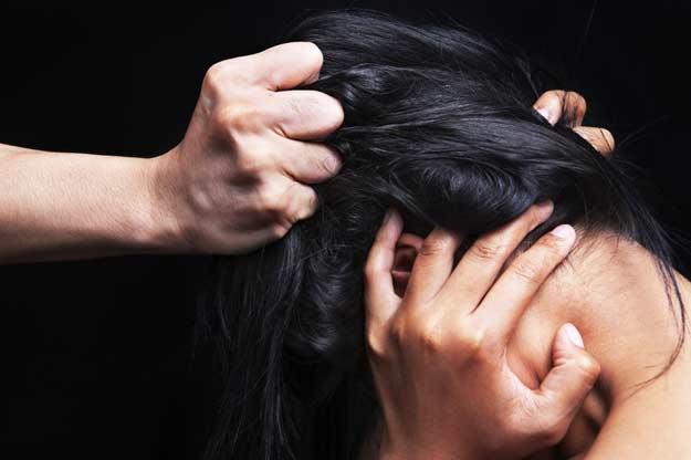Ein Mann misshandelt seine Frau