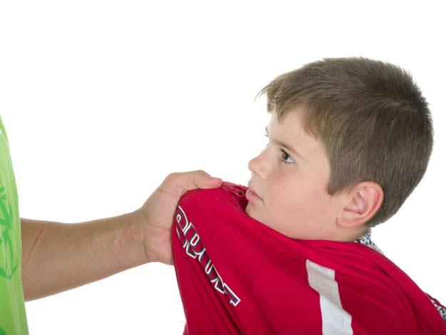 Ein Kind wird von einem älteren Mitschüler bedroht.