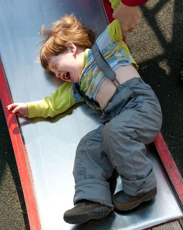 Ein wütendes Kind auf einem Spielplatz