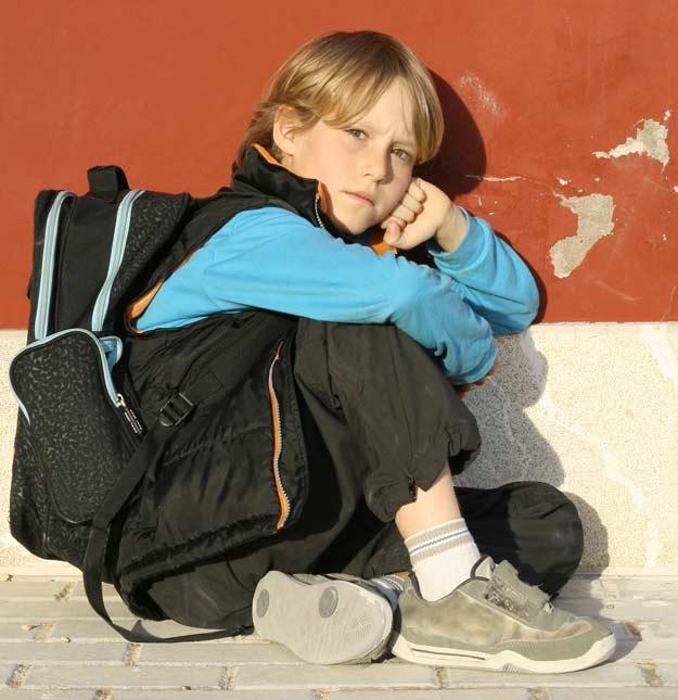 Ein Junge wird von seinen Mitschülern ausgegrenzt.