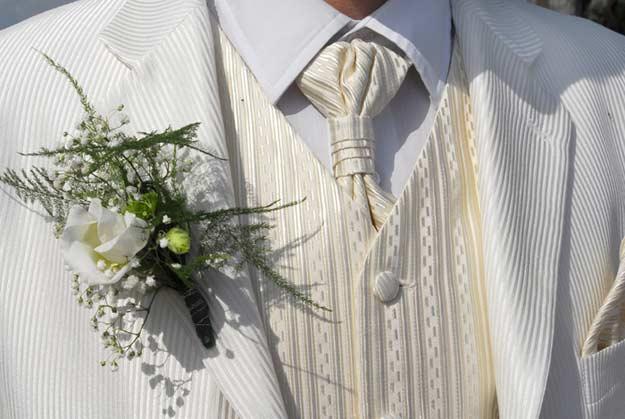 Bräutigam in Hochzeitsgarderobe