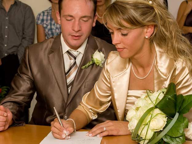 Braut Und Bräutigam auf dem Standesamt
