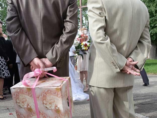 Zwei Männer im Anzug bei einer Hochzeit