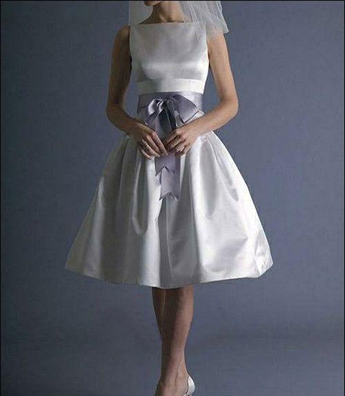 Kurzes Brautkleid im weißen Satin