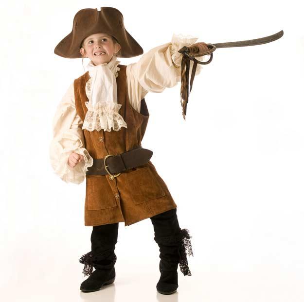 Kind hat sich als Pirat verkleidet.