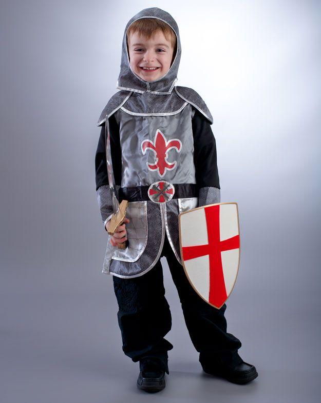 Kind in Ritterrüstung mit Schild und Schwert.