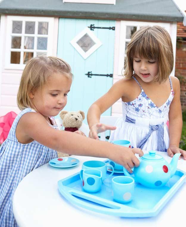 Mädchen bei einer Teeparty