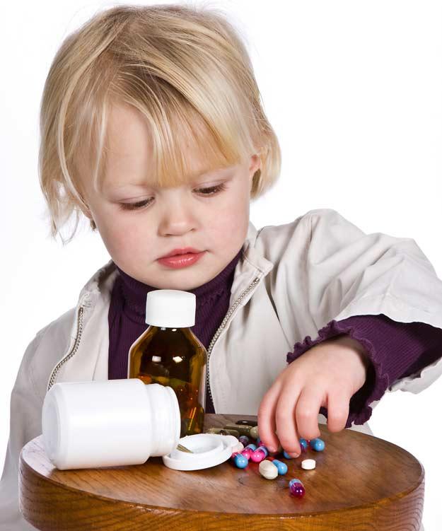 Kind beim Spiel mit Haushaltschemikalien